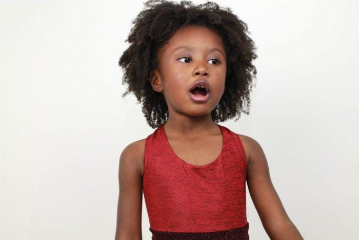 英語の歌を歌う子供