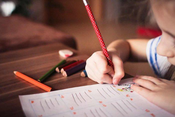 英語を勉強する子供