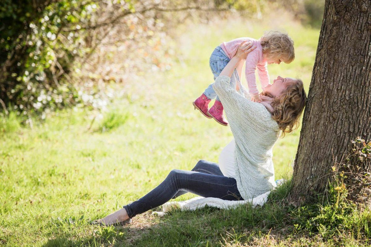 公園で遊ぶお母さんと子供