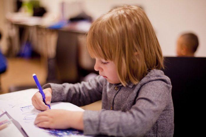 自宅学習する子供