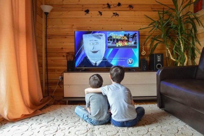 英語の動画を見る子供
