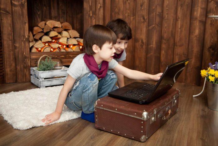 動画を見る子供