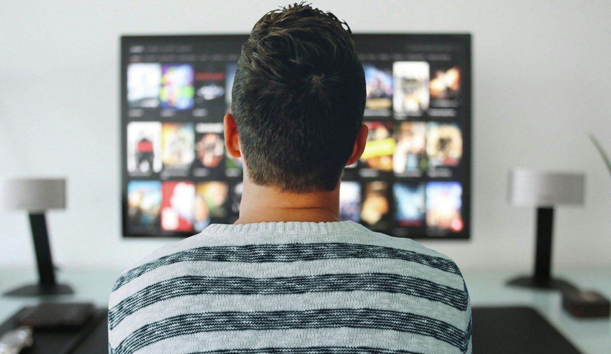 英語の動画を見る男性