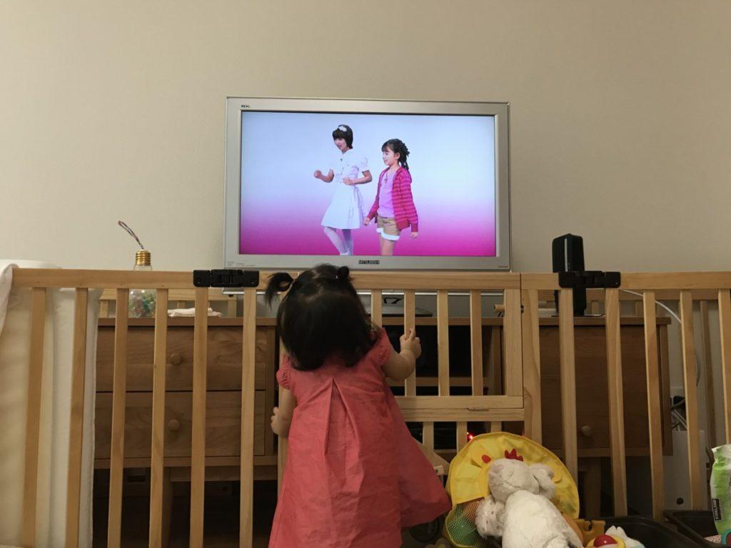 英語の教育アニメ番組を見る子供