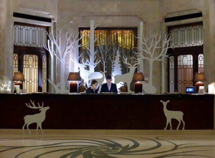 ホテルのフロントデスク