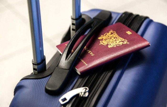 スーツケースとパスポート