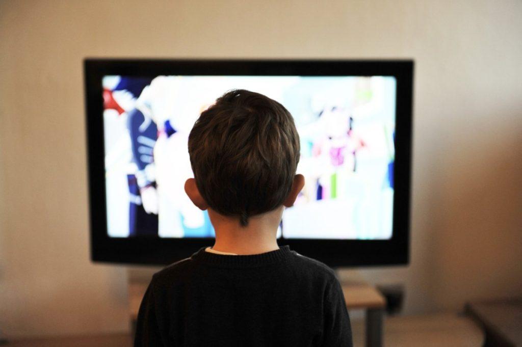 テレビを見る子供