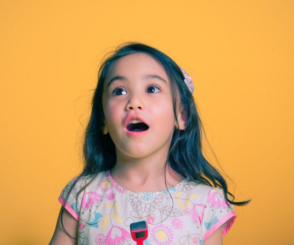 英語で歌う子供