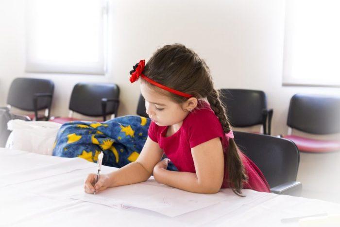 英語を勉強する少女